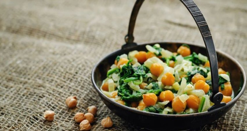 Vegetarian Lunch Salad with Chickpeas and Spinach