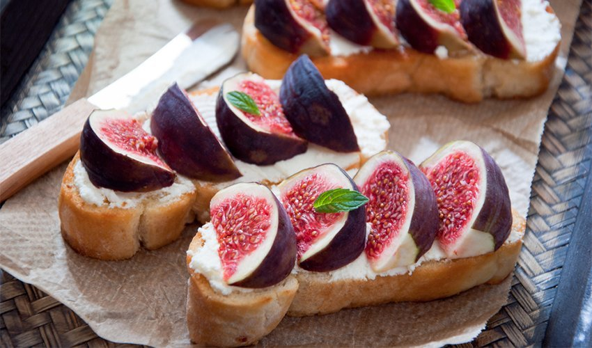Grilled goat cheese with fig and raw honey