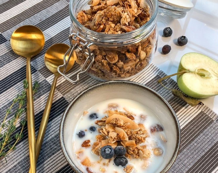 breakfast-with-organic-granola-and-milk